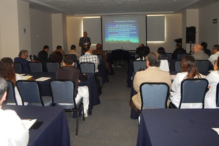 """el Dr. José Norberto Placencia Moncayo impartió la plática """"Planeación de actividades de enseñanza en Medicina"""", resaltando la importancia de seguir una metodología para planear la enseñanza"""